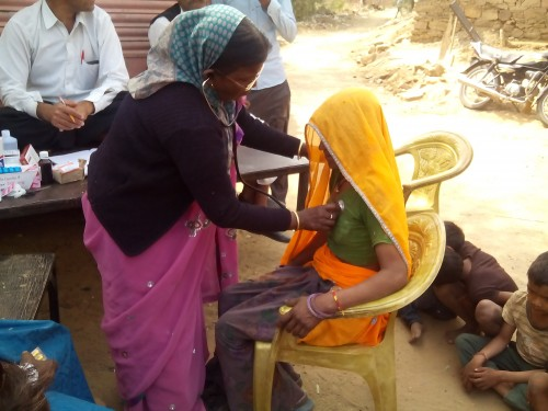 Krankenschwester untersucht Patientin