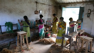 Leprafrauen bei d. Kokosmattenherstellung
